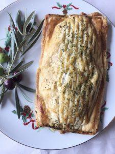 Presentación final. Hojaldre de salmón con crema de espinacas.