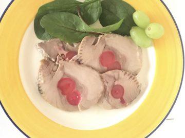 Solomillo de atún a las cerezas con unas hojas de espinacas y uvas