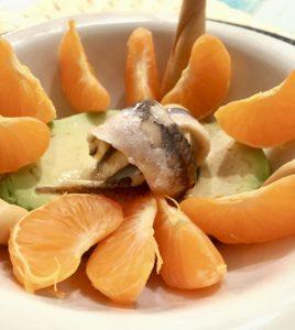 Boquerones en vinagre, aguacate y mandarina.