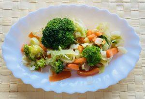 Plato de brócoli, zanahoria y puerro al vapor.